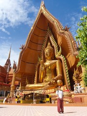Nat devant le buddha de Wat Tham Sua