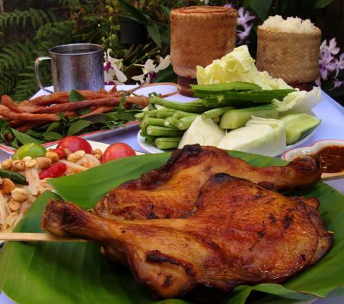 עוף צלוי, סום טם, אורז דביק, חזיר מיובש. שזירת סחלבים: הדוד