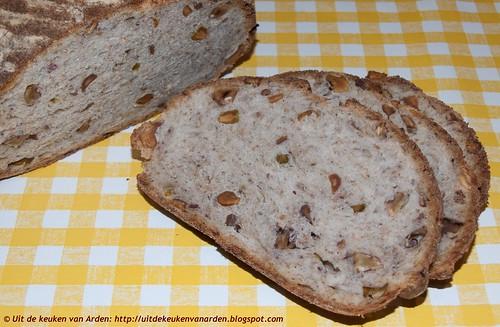 Zuurdesembrood met noten