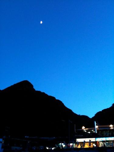 漸層藍與月亮