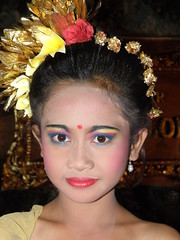 le danseuse de Legong (CCybo) Tags: portrait people bali woman girl children indonesia person asia southeastasia chica child retrato femme makeup olympus dancer portrt kinder nia kind garota asie enfants nome criana portret enfant fille ritratto maquillage indonesian personne indonesie mdchen indonesien gens legong balinese bambina  portrt danseuse copil people asian fat balinais  sp570uz  olympussp570uz zho  sudest asiatique  pin xing