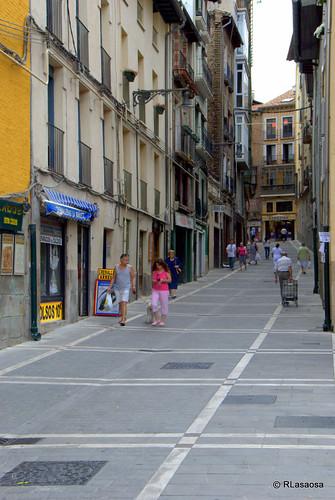 Una vista de la calle Mañueta hacia la calle Mercaderes