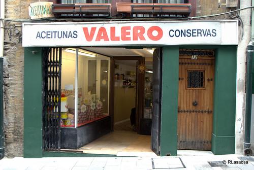 Fachada de la tienda de aceitunas y encurtidos Aceitunas Valero en la calle Mañueta