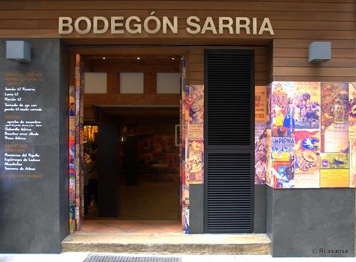 Fachada del Bodegón Sarría, en la calle Estafeta, con decoración sanferminera