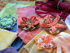 Wip  com flores e fitas (Carla Cordeiro) Tags: origami workinprogress wip fuxico patchwork dobradura fitadecetim floresdetecido foldedflowers linhaeagulha agulhaelinha origamiemtecido tecidotingido floresdefuxico tingidopordivânia orinuno