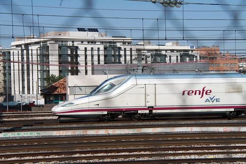 ave llegando a la estación de Madrid Atocha :: Foto: turismoytren
