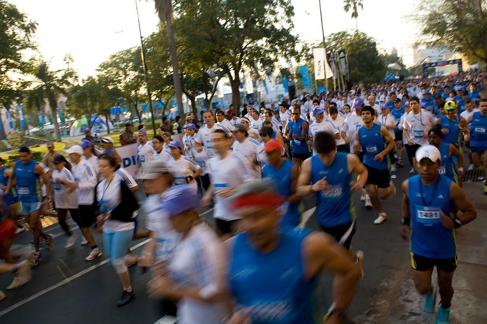Momento de la largada, luego de 2 minutos aún van largando en forma combinada los competidores de las categorias 21k y 10k.  (Diego Ayala - Asunción, Paraguay)