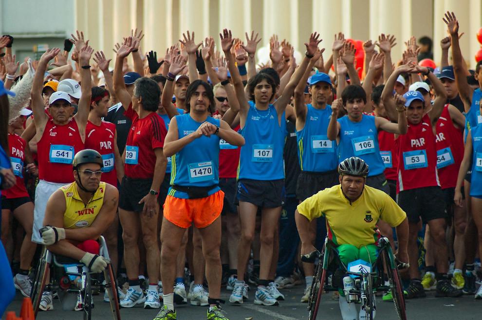 Los partipantes del Maraton levantan las manos a pedido del presentador de la carrera a pocos minutos de la largada. (Elton Núñez - Asunción, Paraguay)
