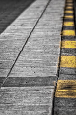 Busshllplats p Myntgan (Mattias E Johnsson) Tags: stockholm gamlastan hdr gul myntgatan fotosndag