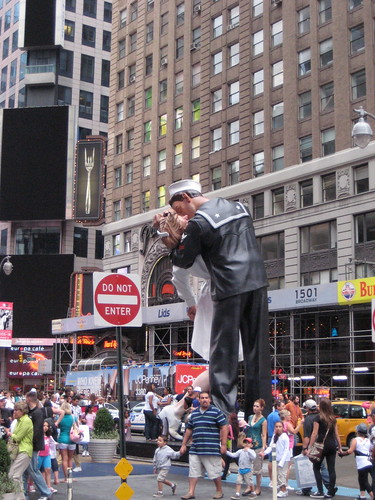 the times square kiss. Times Square Kiss Statue 1426