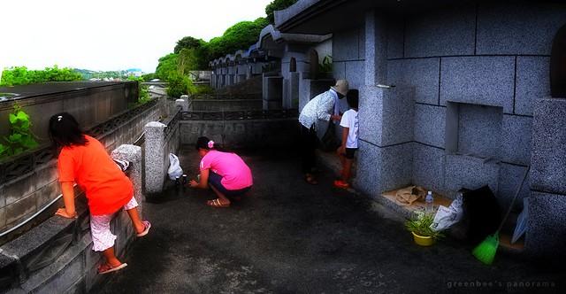 お墓掃除の風景