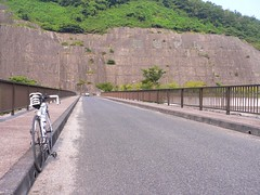 黒谷ダムの上を通過