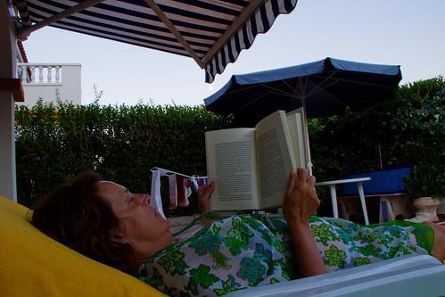 Luna, Carmen, libro y tumbonas...