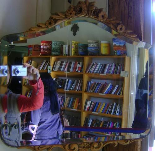 Espelho à porta do Empório