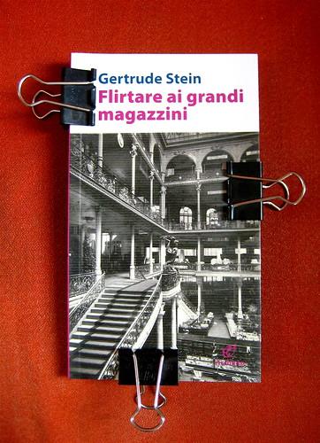 """Gertrude Stein, Flirtare ai grandi magazzini, Archinto (RCS) 2010, responsabilità della grafica non indicata; alla cop.: """"I grandi magazzini la Rinascente, ricostruiti dopo l'incendio del 1918"""" ©Archivio fotog. TCI, 1921; cop. (part.), 1"""