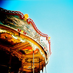 otra mirada (Karen F.H) Tags: barcelona 120 6x6 film analog mediumformat holga lomo xpro lomography crossprocessed procesocruzado cross kodak crossprocess bcn squareformat analogue ektachrome developed e6 tibidabo carrousel atracciones barna lomografia cruzado analogico ektachrome100g reveladocruzado parqueatracciones medioformato formatocuadrado