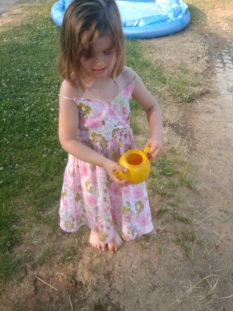 Lara Wendel Lara giesst Blumen (TheFan1968) Tags: berlin lara wendel kita abschied  pankow buchholz kinderimkiez