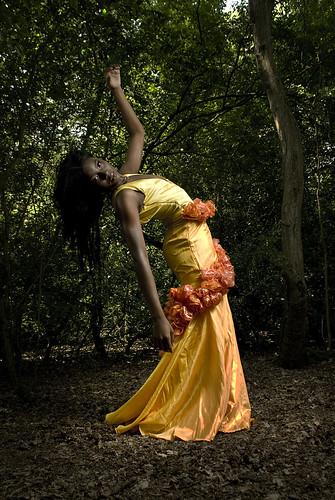 [フリー画像] 人物, 女性, 黒人女性, 森林, ドレス, 201007070300
