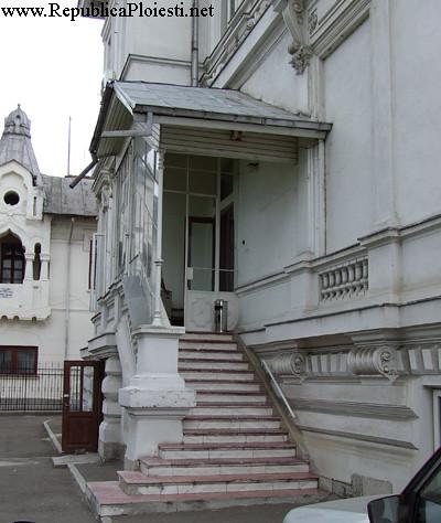Palatul Ghita Ionescu - Usa pe care a intrat echipa legionar condusa de Victor Silaghi