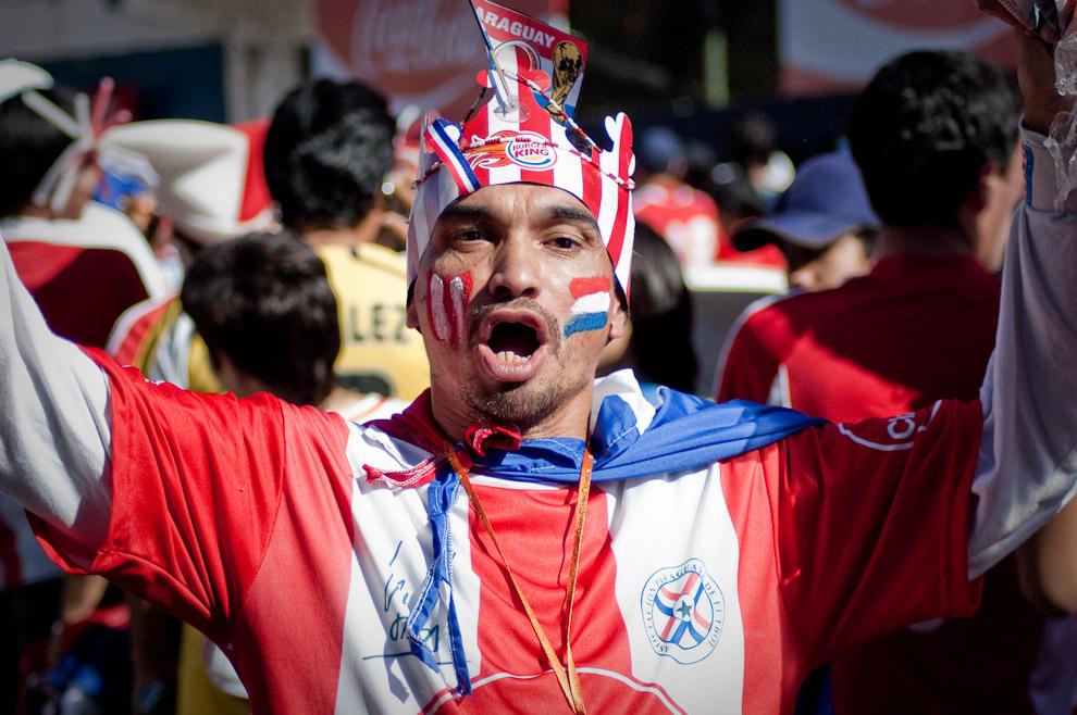 En la tarde que nuestra querida Albirroja jugo un partido decisivo contra España, un vendedor ambulante alienta al equipo Paraguayo frente al acceso a las plateas en el Estadio Defensores del Chaco el día que se transmitió el Partido de Paraguay vs. España en la Copa Mundial Sudafrica 2010 (Elton Núñez - Asunción, Paraguay)