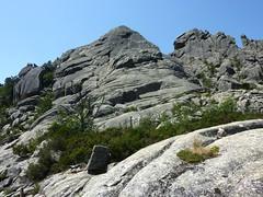 Depuis le replat rocheux N, le ressaut vers le sommet avec les deux couloirs qui l'encadrent