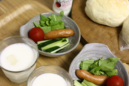 パンとサラダとラッシーの朝食