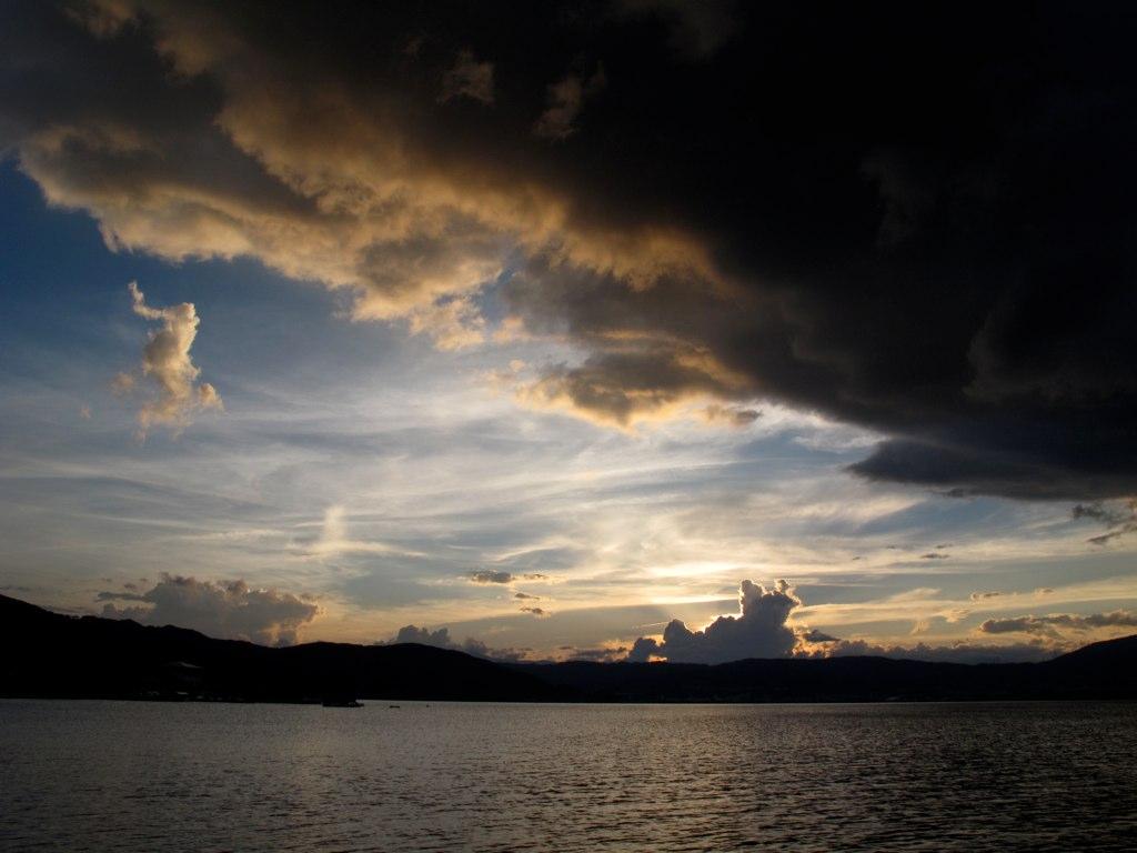 諏訪湖の向こうの夕陽