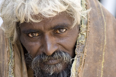 Madurai Eyes (Olderhvit) Tags: street travel portrait india man face canon photography 350d eyes streetphotography streetportrait madurai indien tamilnadu porträtt travelphotography resefoto indiastreetphotography olderhvit