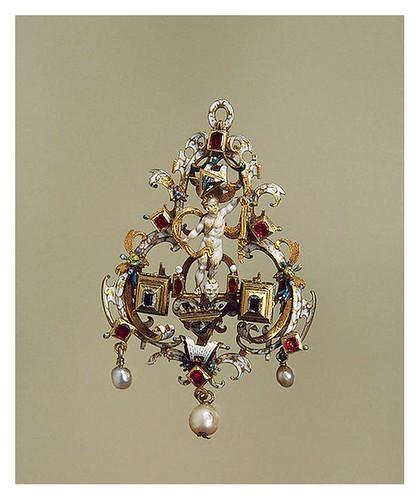 017-Pendiente Cupido sobre un cráneo- Oro diamantes en bruto rubíes y perlas-Copyright ©2003 State Hermitage Museum-