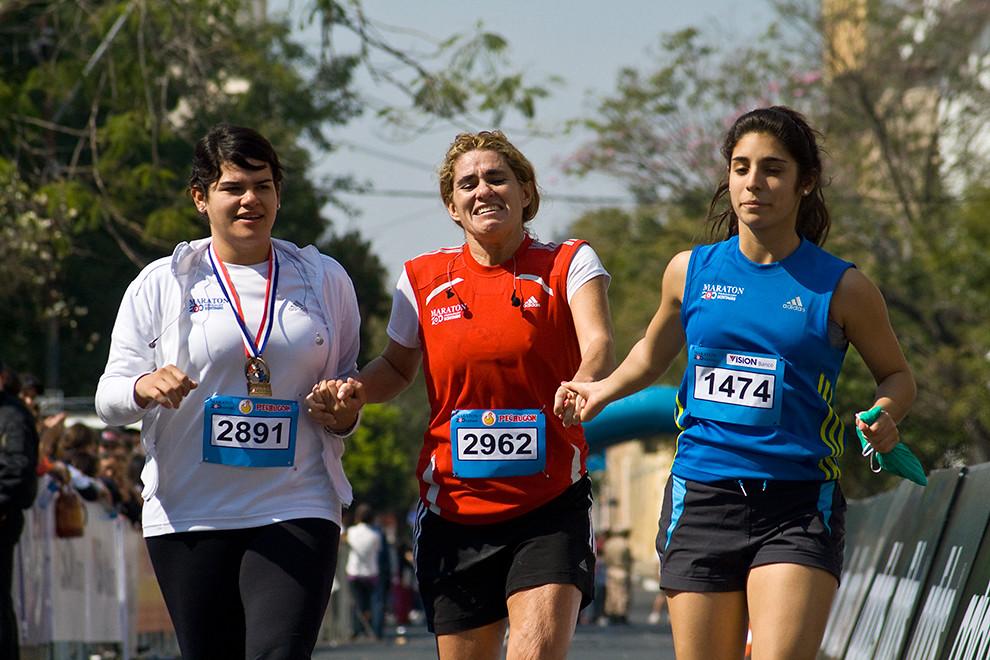 Patricia Perez recibe apoyo de sus amigas para llegar a la meta luego de 4 horas y 4 minutos de carrera en la categoria 42km femenino logrando una muy buena posicion de 18º en las generales y 2º en su categoria. (Diego Ayala - Asunción, Paraguay)