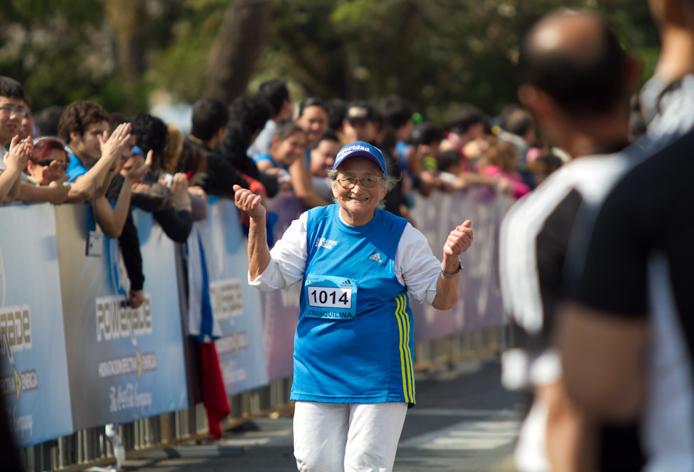 Doña Maria Tranquilina, de 76 años, finaliza la media maratón de 21 km femenino terminando en la posición 135 con 03:59:59 según los cómputos exactos.  (Tetsu Espósito - Asunción, Paraguay)