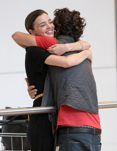 miranda-kerr-orlando-bloom-hug-happy-02