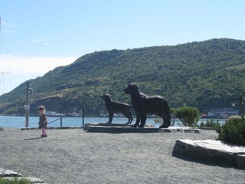 Statues of a Newfoundland and a Labrador