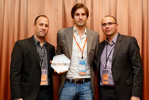 Yoav Kutner et Roy Rubin récompense Baobaz en remettant le prix à Bertrand Fredenucci