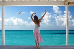 [フリー画像] 人物, 女性, 海, 人と風景, 後ろ姿, 背伸び・ストレッチ, 201006300300