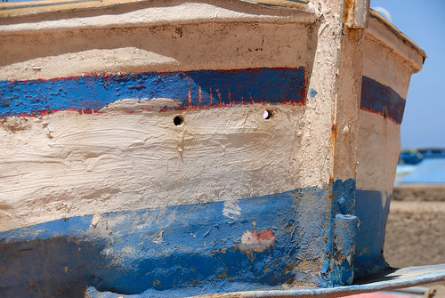 Barca abandonada en Sardina del Norte