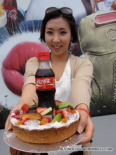 The Korean bloggers even brought a birthday cake for Coca-Cola!