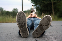 (Eva Sandbothe) Tags: street plants tree beer girl field shoes floor pflanzen feld jeans bier schuhe baum mdchen weg boden liegen strase