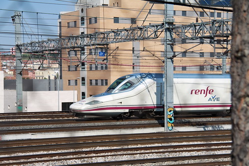 Tren AVE saliendo de Madrid Puerta de Atocha / Flickr: turismoytren :)