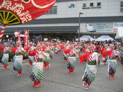 三原やっさ祭り、三原駅前で踊れや歌えや♪