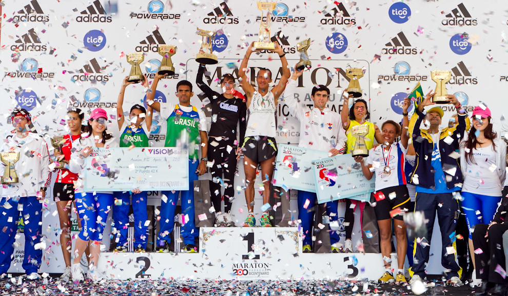 Los ganadores de las categorias de 42, 21 y 10 km, exhiben orgullosos sus trofeos y premios.  (Tetsu Espósito - Asunción, Paraguay)