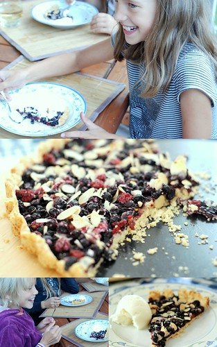 mustika-vaarikapirukas/pie with blueberries and raspberries