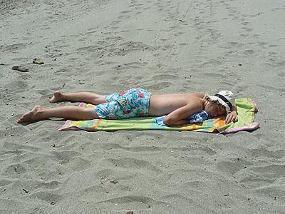 sieste sur le sable.jpg