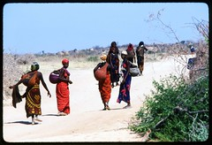 somalia455-refugee-women-getting-water