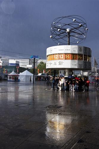 Weltzeituhr im Regen