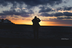 Luc-sur-Mer (Benoît C.Photographie) Tags: benoîtcphotographie 6d canon eos benoitcollet 18 bassenormandie normandie france french furansu normandy benoît photographe photo photographie collet orange lucsurmer jetée la des pêcheurs benoîtcollet plage mer océan lamanche couleur vibrante cabine lajetéedespêcheurs hérouvillestclair caen littoral fêtedelamusique usm 85mm ef85mm f18 concert