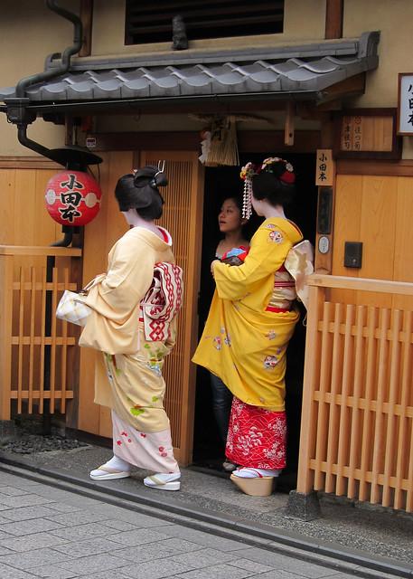 Geiko and Maiko, Fumikazu and Momokazu, at Gion in Kyoto, Japan; 芸者と舞妓、章佳司と百佳司、祇園、京都