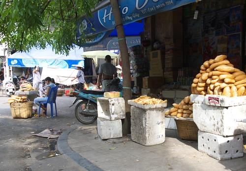 路旁賣法國麵包的小販