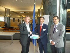 Eurodiputado alemán recibe firmas