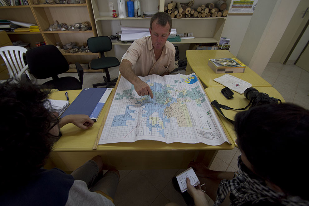 Norbert, un guía turistico explica las diversas opciones de recorridos que existen en la zona para los turistas que deseen conocer más del Chaco. (Elton Núñez- Loma Plata, Chaco, Paraguay)